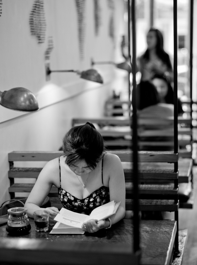 Reading a real book in Revolver coffee bar. Leica M240 with Leica 75mm Summilux-M f/1.4. © 2016 Thorsten Overgaard.