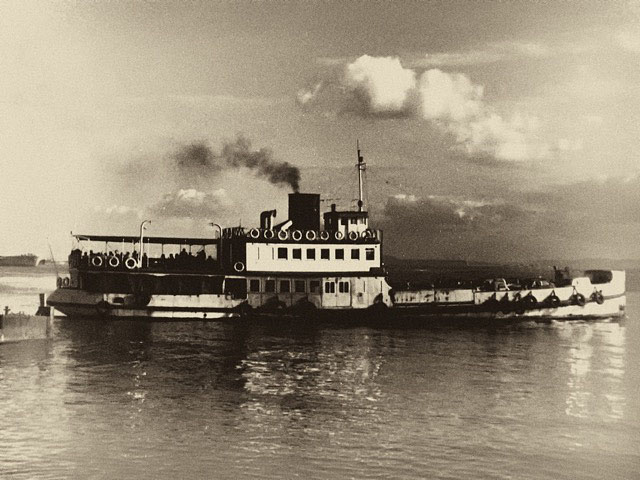 Steam boat by Jose Galhoz. Leica IIIc.