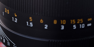 At close focus there is a great distance from 1 - 1.2 meters on the focusing ring, whereas the distance from 5 to 10 meters is relatively short. When you bring the depth of field scale lines into this, you see that the depth of field becomes more narrow the closer you go.