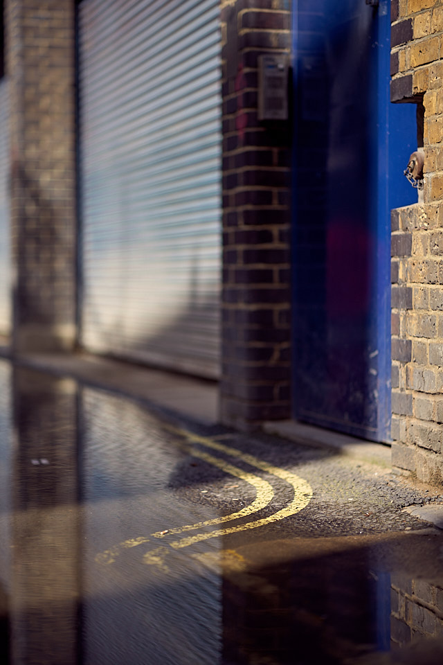 The mews (back alleys) of London . Leica M10 with Leica 75mm Noctilux-M ASPH f/1.25. © 2018 Thorsten von Overgaard.