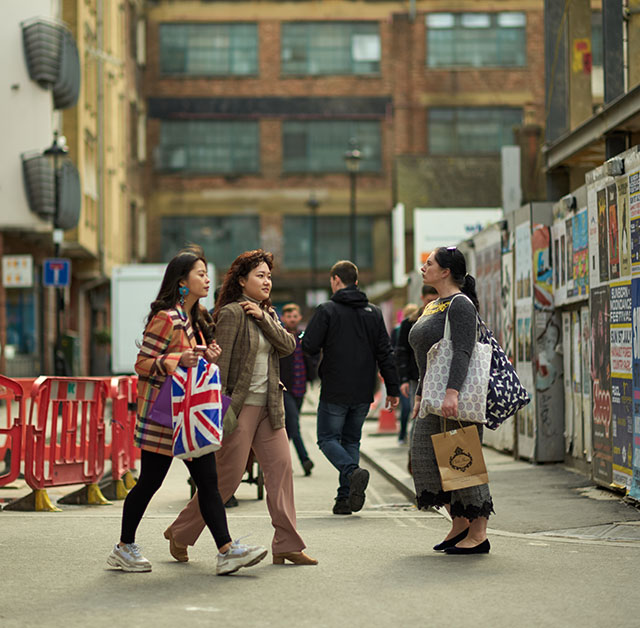 Tourists on Peter Street in London. Leica M10 with Leica 75mm Noctilux-M ASPH f/1.25. © 2018 Thorsten von Overgaard.