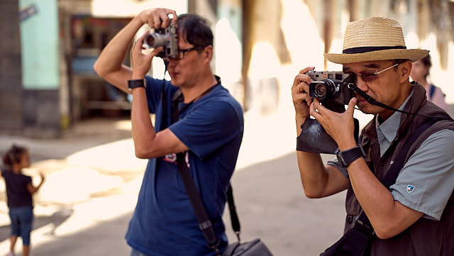 K C Lui and Steven Wong from Hong Kong in Havana. Leica M10-P with Leica 50mm Summilux-M ASPH f/1.4 BC. © Thorsten Overgaard.