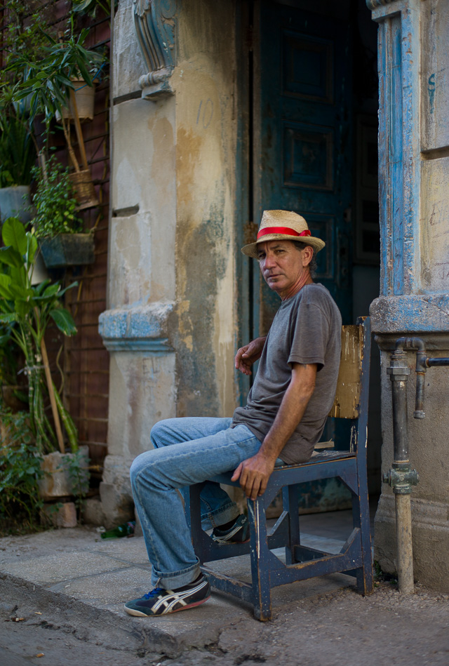 Sitting and waiting for a Leica M9 to come by and make an instant painting. Havana, Cuba. Leica M9 with Leica 50mm Summilux-M ASPH f/1.4 BC.