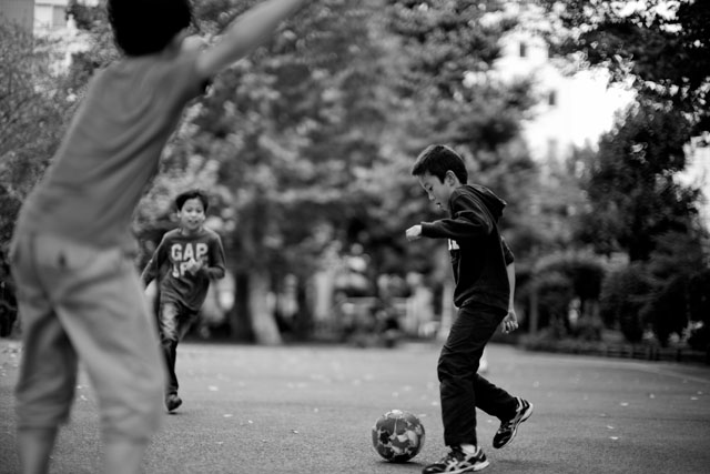 Kids playing footbal lin Kayabacho, Tokyo. Leica M 240 with Leica 50mm Noctilux-M ASPH f/0.95. © 2015-2016 Thorsten Overgaard.