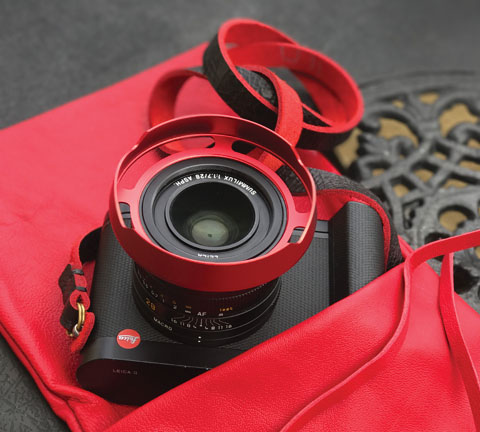 The ventilated lens shade I designed for the Leica Q is now available in Black Paint, RED and Silver. As you can easily see in this picture, the ventilated shade sits on the outside of the lens (like the original) and leave space to easily change filters on the lens' filter thread. In the picture is the red calfskin camera pouch from Tie Her Up and a strap from @ybputro.