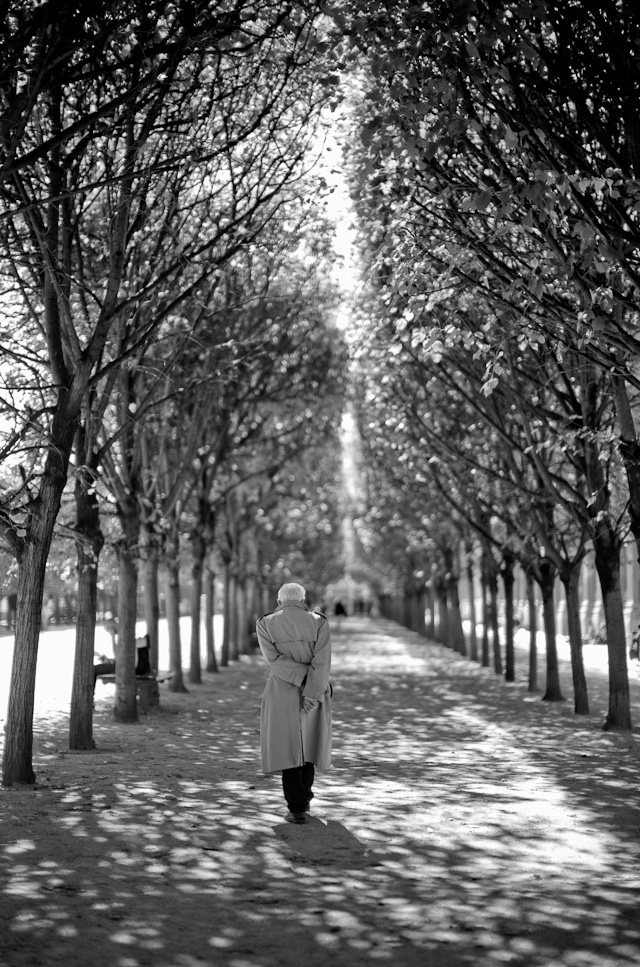 A man in Palais Royal. Leica M 240 with Leica 50mm Noctilux-M ASPH f/0.95. © 2013-2017 Thorsten Overgaard.