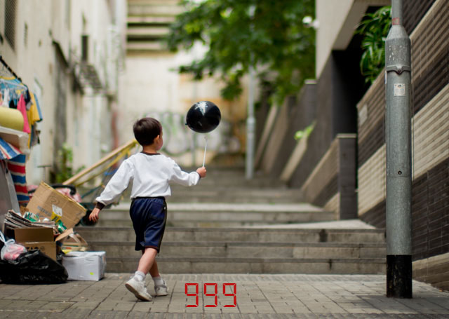 The viewfinder displays the number of images left on the SD-card right after each exposure, but is limited to showing 999 photographs as the maximum (24 GB). Boy playing in Hong Kong. Leica M-D 262 with Leica 50mm Noctilux-M ASPH f/0.95. © 2016 Thorsten Overgaard.