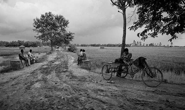 A countryside street in Bangladesh. Leica M240 with Leica 21mm Summilux-M ASPH f/1.4. © Thorsten Overgaard.
