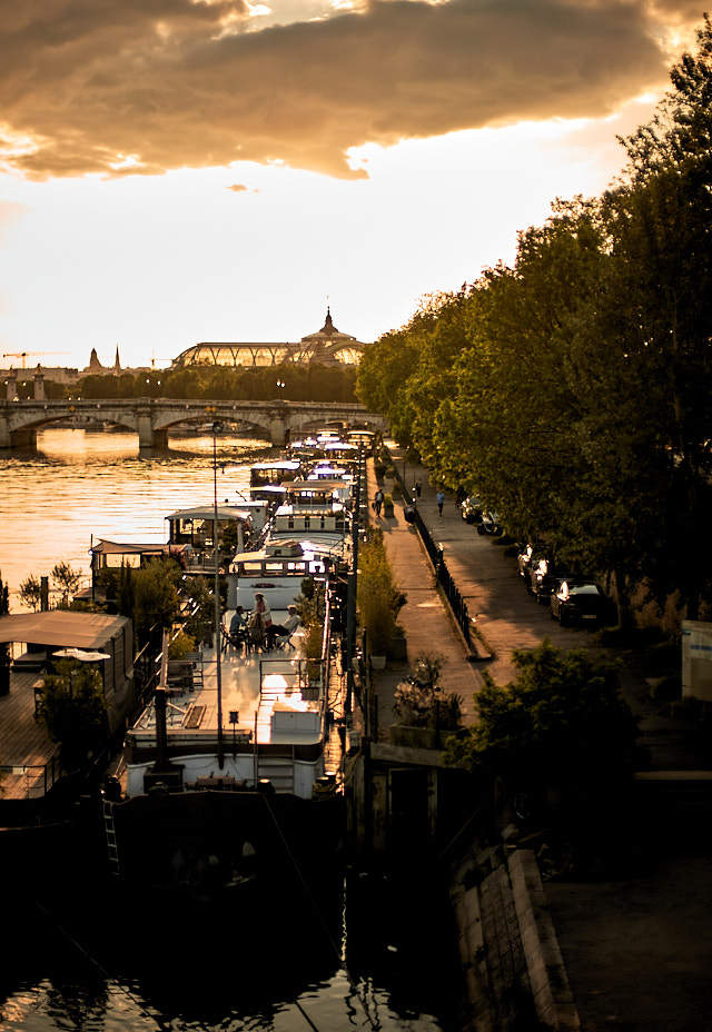 Paris sunset. A view down at the houseboats from the Passerelle Léopold-Sédar-Senghor bridge with the Grand Palais in the background. Leica SL2 with Leica 50mm Summilux-M ASPH f/1.4 BC © Thorsten Overgaard.
