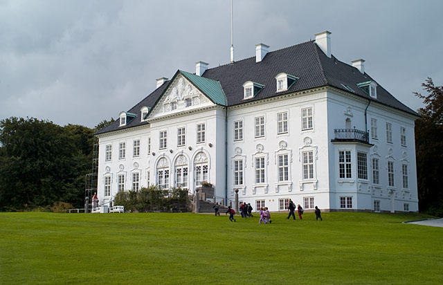 Marselisborg, the Royal Summer Residence. Leica R8 with DMR, 35-70mm Vario-Elmarit-R ASPH f/2.8 @ f/4, 200 ISO