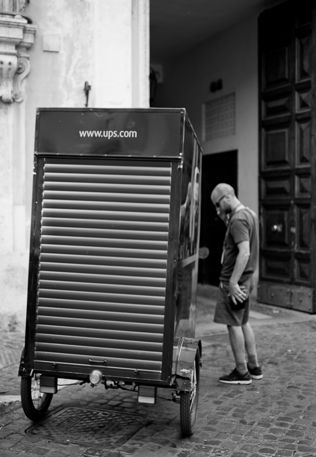 This is how UPS works in the narrow streets of Rome. Leica TL2 with Leica 35mm Summilux-TL ASPH f/1.4. © 2017 Thorsten Overgaard.