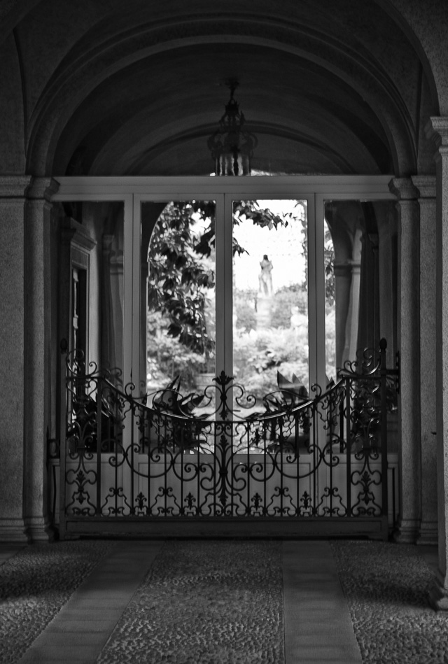 Via Borgonuovo in Milano features a lot of citiy palaces with private parks in the back. Some with elegant statues. Leica TL2 with Leica 50mm Summilux-M ASPH f/1.4 Black Chrome. © 2017 Thorsten Overgaard.