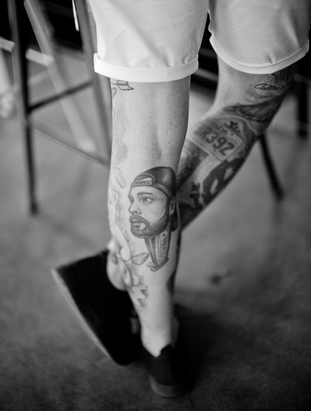 Tattooed legs at cafe Rise N Grind in Los Angeles. Leica M10 with Leica 50mm Noctilux-M ASPH f/0.95 FLE. © 2017 Thorsten Overgaard.