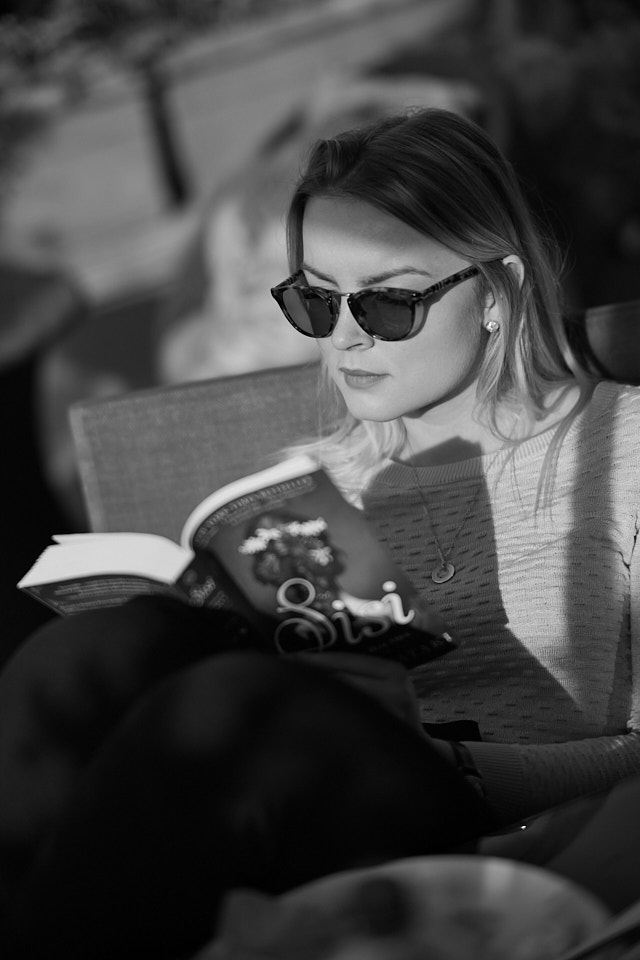 My daughter Caroline reading the book on the Austrian empress, Sisi. Leica M10-P with 7artisans 75mm f/1.25. © Thorsten Overgaard.