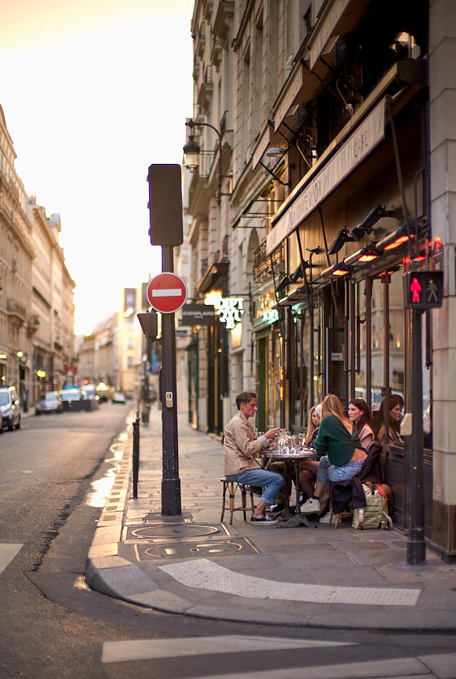 The sun goes down at 9:40 in the evening at this time of year. Here is parisians enjoying late outside dining in Paris. Leica M10-P with Leica 50mm Noctilux-M ASPH f/0.95. © Thorsten Overgaard.