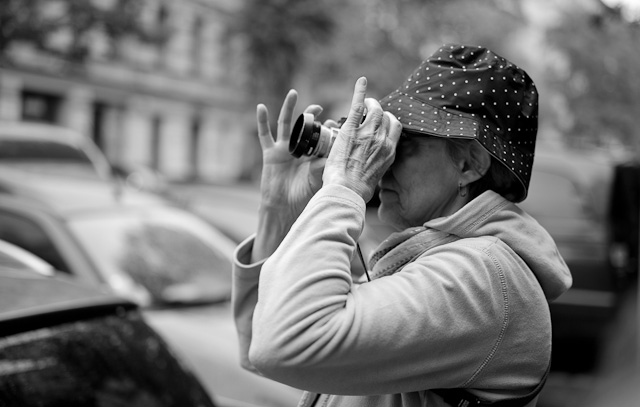 Terry Garcia capturing some of the special atmosphere of East Berlin on the walkabout day of the workshop. Leica M 240 with Leica 50mm APO-Summicron-M ASPH f/2.0.