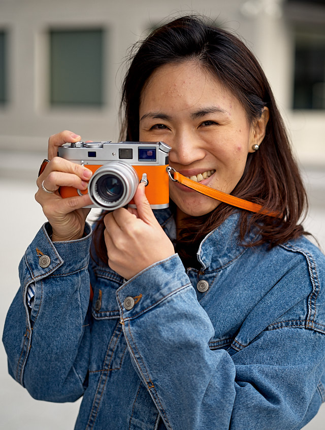 Kullaya Souvanheuane in Wetzlar with her orange Leica M7 Hermes edition. Leica M10-P with Leica 50mm APO-Summicronn-M ASPH f/2.0 LHSA. © Thorsten Overgaard.
