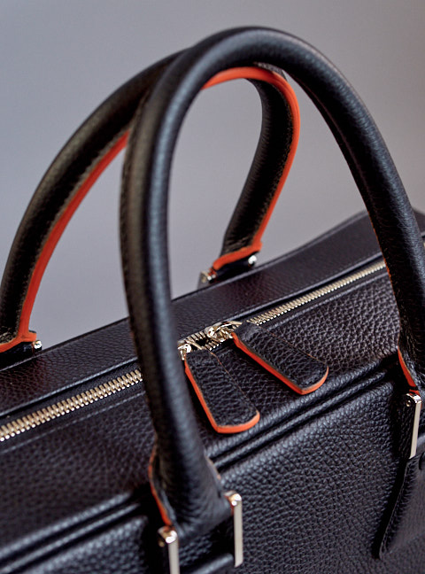 Handles to die for. Just the right shape and size to be comfortable when you carry the bag, and a decorative design that completes the bag when not used. Sturdy, made of soft leather, soft piping inside to give the right size and softness, with orange edging details in the best artisan tradition.
