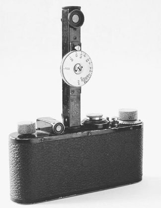 The first distance finder (or rangefinder) Oskar Barnack made was this model FOFER. It had one eye on top and one in the bottom of the stick. Next to it is the optical viewfinder. The distance finder wasn't connected to the lens but was merely a device to measure the distance to the subject precisely. Later the distance-finder was integrated in the camera, and connected directly to the lens' focusing ring.