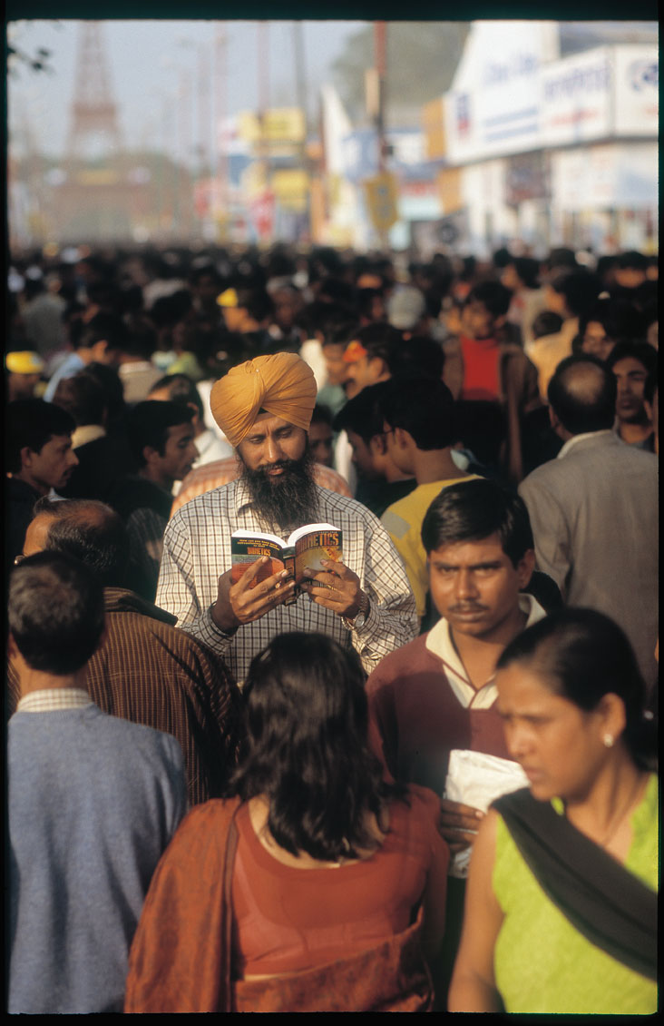 Kolkata Book Fair, India, February 2005 (from the afterthetsunami.org project). 80mm Summilux-R @ f.1.4 on Leica SL Mot using 100 ISO Fuji Astia @ 200 ISO. Scanned on Imacon/Hasselblad Flextight Photo scanner. © 2005-2016 Thorsten Overgaard.