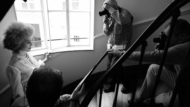 Model shoot in a small stairway in Paris with some beautiful light (video grab).